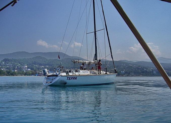 Прогулка на яхте - популярное развлечение в Сочи в июне