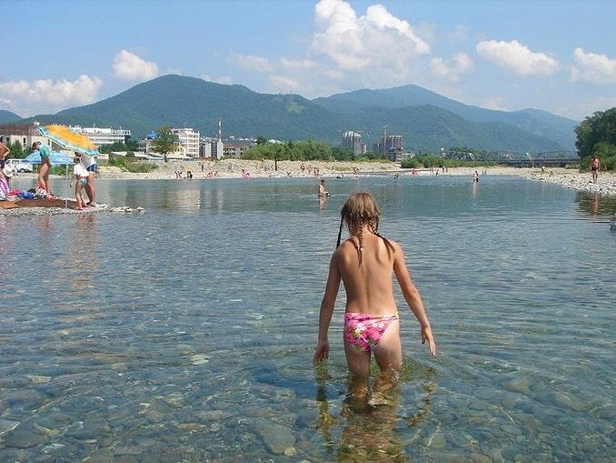 Ребенок купается на реке Псезуапсе в Лазаревском