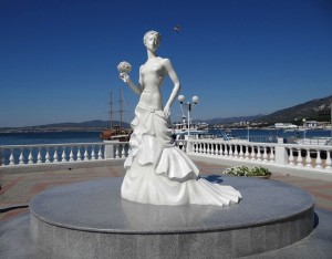 """Статуя """"Невеста"""" на набережной Геленджика"""