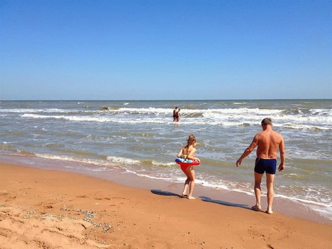 Пляж в Кучугурах на Азовском море подходит для отдыха с детьми