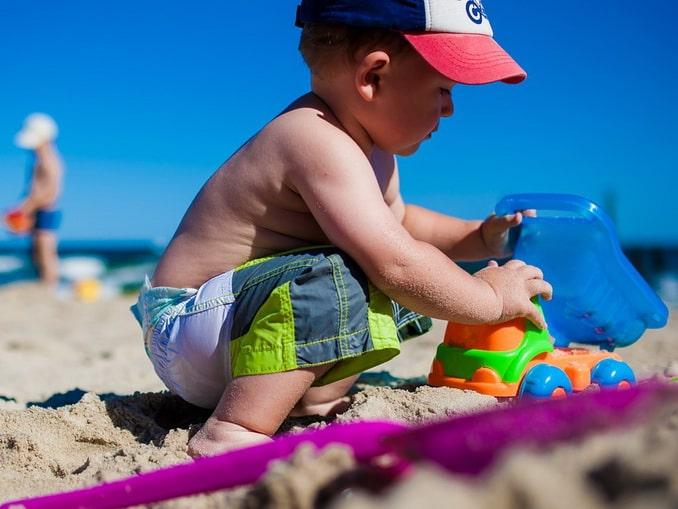 Малыш на берегу моря