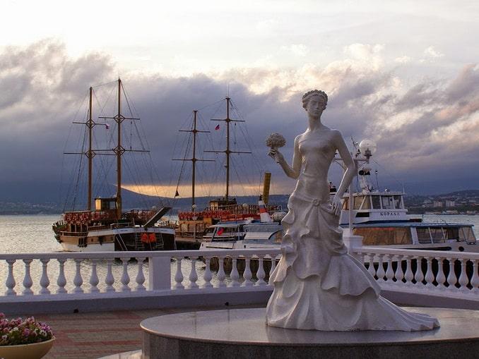 """Cтатуя """"Невеста"""" в Геленджике"""