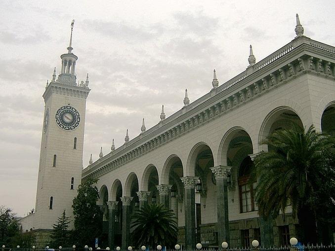 Железнодорожный вокзал - ключевая достопримечательность Сочи, фото Masha Linnik