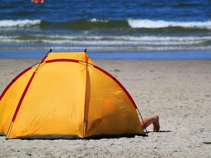 Палатка на берегу Черного моря