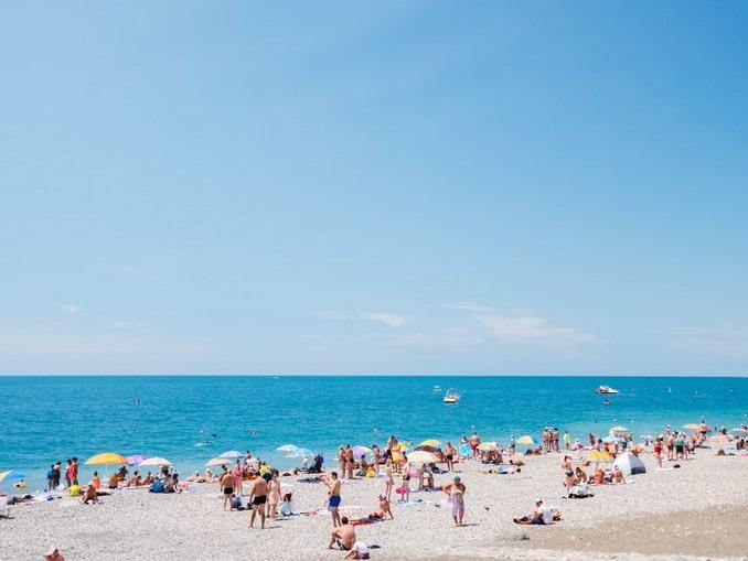 Сочинский пляж - в начале июня еще мало отдыхающих