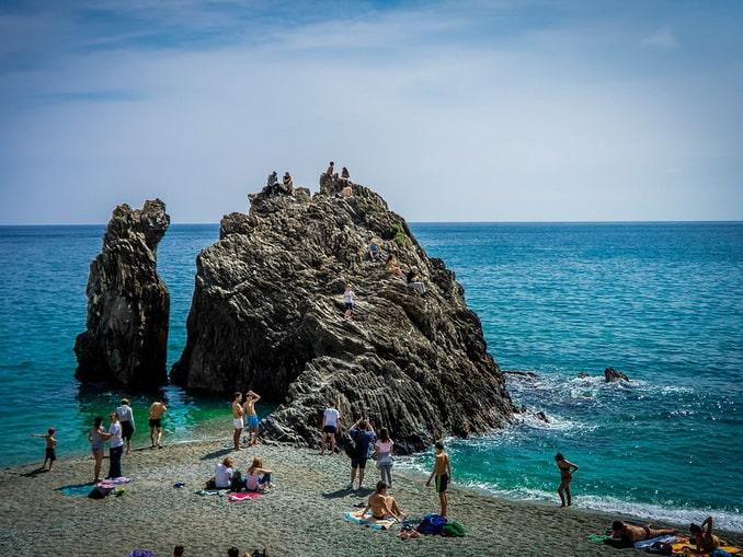 Пляж на Чинкве-Терра в Италии