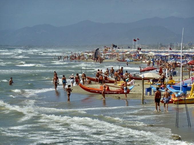Купальщике на пляже в Виареджио
