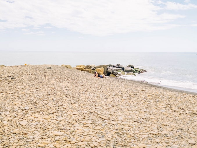 Пустынный пляж в Сочи, Россия