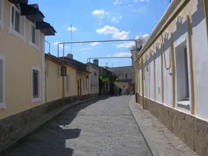Улочка в старой Евпатории в июне - солнечное время