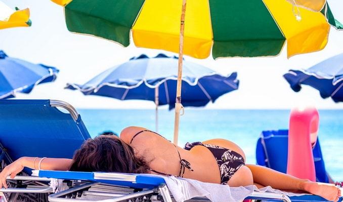 Девушка на пляже на Черном море в июле