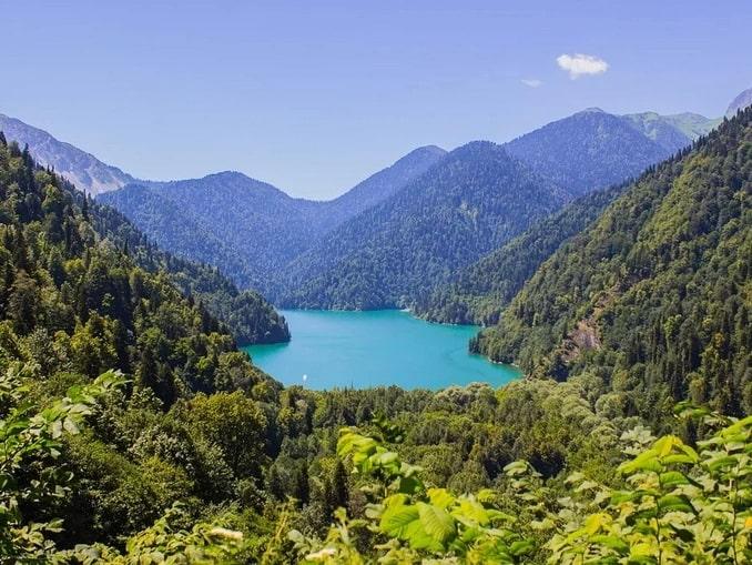 До озера Рица в Абхазии можно добраться только на машине