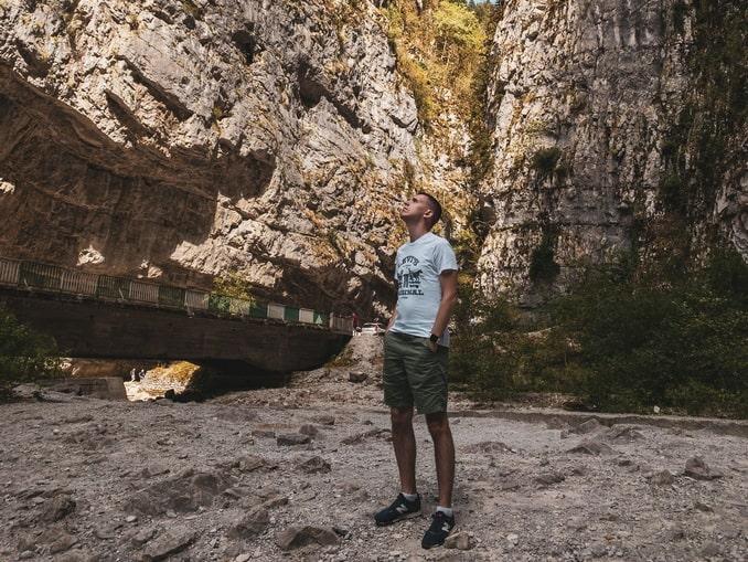 Турист в Абхазии