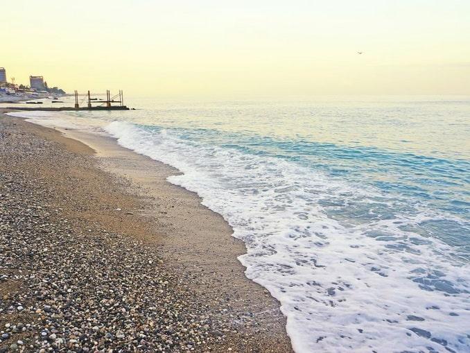 Пляж в Гагре - в октябре еще можно купаться