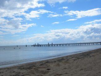 Море - в октябре в Евпатории еще можно купаться