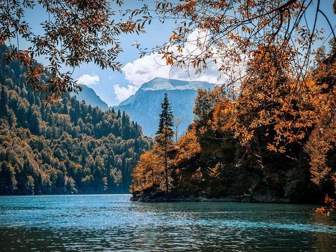 Озеро Рица в Абхазии в ноябре особенно прекрасно